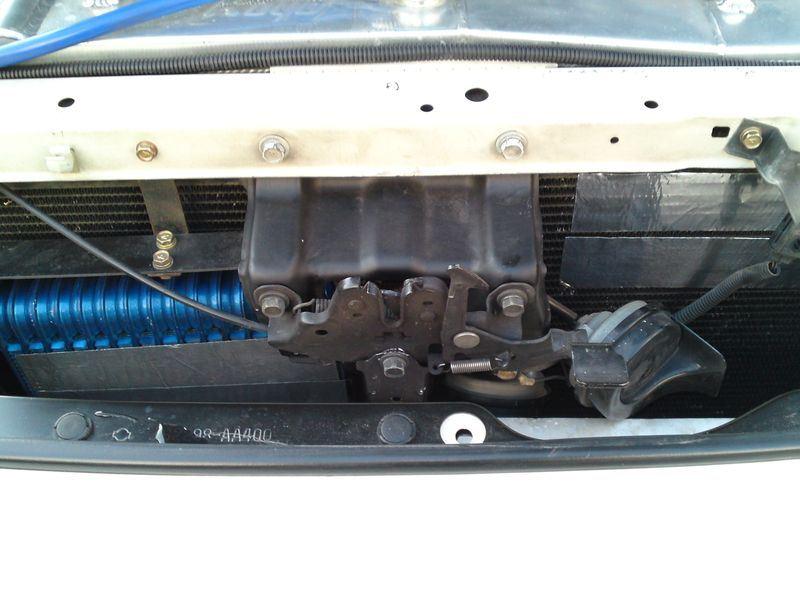 対策した内容は<br /> <br /> ①オイルクーラー前面の2/3にアルミテープを貼る<br /> <br /> ②ラジエター前面の隙間に幅1/3のスチレンボードを挟む<br /> <br /> ③エアコンコンデンサー前面の一部にアルミテープを貼る<br />