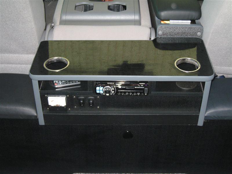 テーブル部分。ドリンクホルダーとDVDプレイヤー、サブバッテリーの電圧メーターとスイッチを取り付けました。