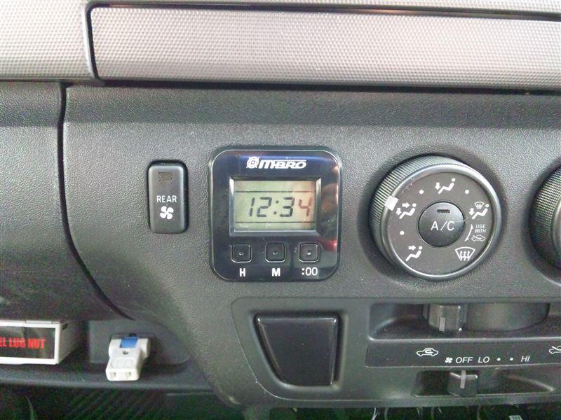 内蔵電池式\1980-で購入♪<br /> これで家族からの「この車、時間が分からない」とのクレームから開放されます(笑<br /> 純正の物入れを利用する辺り、実にスマート♪