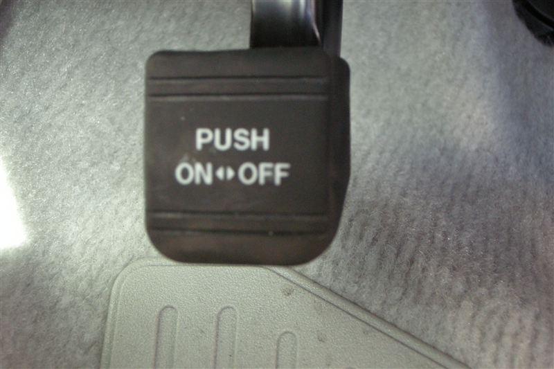 一方、こちらはプリウスのパーキングペダルの写真です。<br /> 普通のゴム製のペダルが付いています。