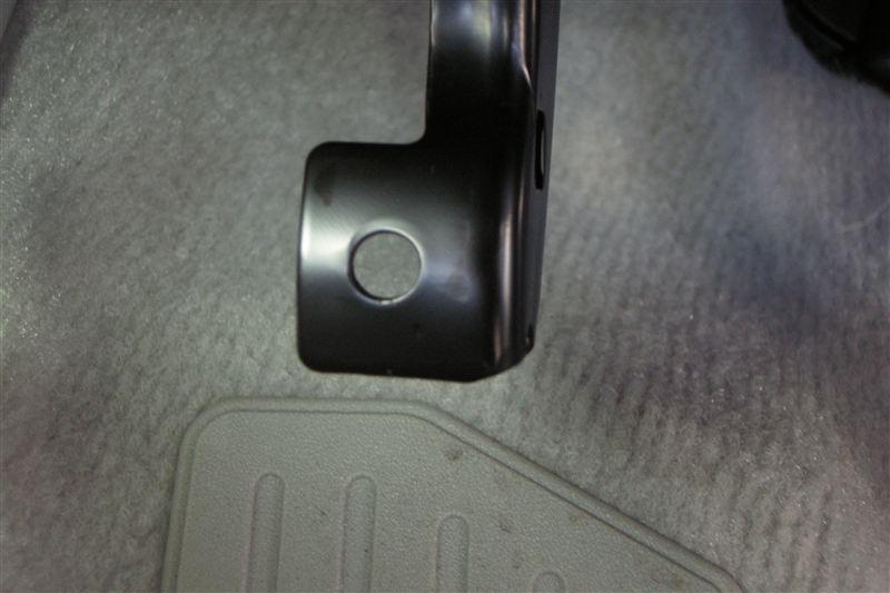 こちらの写真は、ゴムペダルを取った時のペダル(センサー側)の写真です。<br /> 見てお分かりの通り、真ん中に穴が開いています。<br /> <br /> ということは、適宜作成した板にボルトを通し、アルテッツァのクラッチ用ペダルにその板をかまして固定し、センサー側のペダルにボルトを通し、裏からナットで固定すれば、アルテッツァのクラッチ用ペダルが取り付けられる事がわかります。