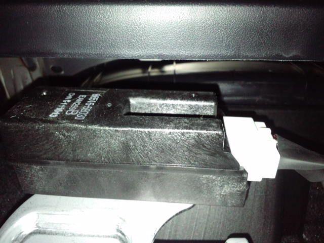 助手席足元から攻めます!<br /> <br /> 奥にこんな感じの黒いボックスが( ̄∀ ̄)<br /> こいつがターゲット(¬з¬)