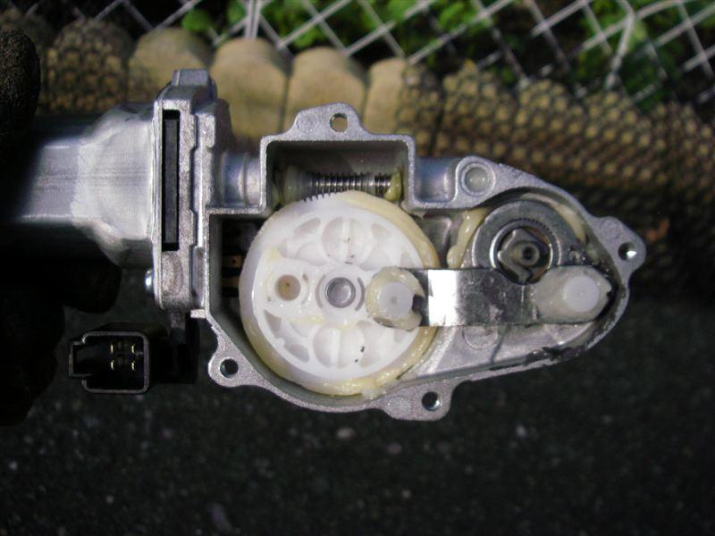 真ん中の金属バーを外し、ワイパー軸を少し回転させてプラギアの右の穴に入れ替えるだけ。<br /> <br /> 後は逆順に戻し、ワイパーの位置を調整して完成。