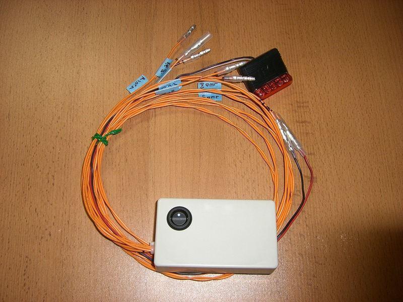 完成品2。<br /> <br /> LEDと接続する線は、3m弱の長さにしてギボシでLEDと接続します。<br /> 他の信号線は20cm程の長さにして接続していきます。<br /> <br /> あとは、設置するだけです。