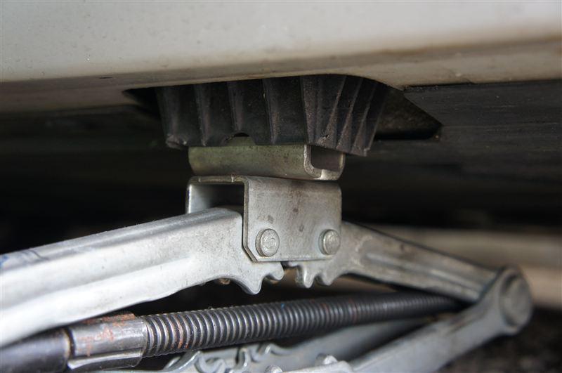 E90から車載ジャッキがなくなったみたいですが、トヨタ純正車載ジャッキがジャッキポイントにぴったりでした。<br /> パンタジャッキで上げる時は、前なら後ろ、後ろなら前のタイヤを固定してしまうと、ジャッキポイントが弧を描いて持ち上がるためジャッキが倒れる方に力が加わるので、十分注意です。