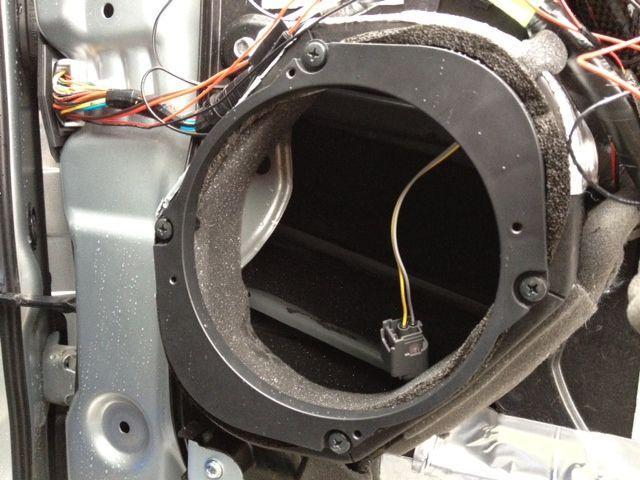 こちらの製品には、各自動車メーカーに適用するバッフルボードらしきものも付属していますので、マツダ車用のモノを使います。防振テープなども付属しておりますので取扱説明書に従い施工した上で、付属ネジを使用して車体にバッフルボードらしきものを取り付けます。<br /> <br /> バッフルボードらしきものを取り付ける際に、貧弱なスピーカー線をエンクロージャーらしきものの内部に引き込む事をお忘れなく。