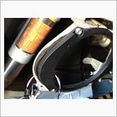 フロント側と同様に、付属しているバッフルボードらしきものを取り付けます。<br /> <br /> 防振テープなども付属しておりますので取扱説明書に従い施工した上で、付属ネジを使用して車体にバッフルボードらしきものを取り付けます。<br /> <br /> ついでに、車体側の板金パネルや内装パネルに、制振材や吸音材を貼り付けて、デッドニングらしき事もしておきました。