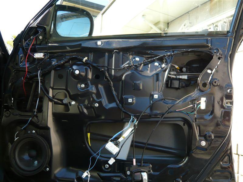 ビニールを剥がした状態。<br /> この後、ブチルを除去し、ブレーキクリーナーにてインナー、アウターパネルを清掃。