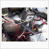 そして、エンジンルーム内の配線ですが<br /> デイライトのプラスとマイナスを纏めて、ギボシをかしめます。<br /> <br /> そして、グロメットから出てきた配線にプラスを接続。<br /> <br /> マイナスはボディアース。