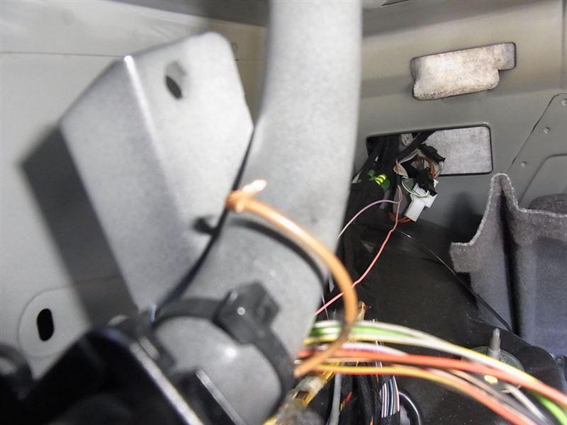 やっと見つけた断線。。配線修理して作動チェックですべてOKでした<br /> 切れかかりながら勝手にトランクランプを点灯させてバッテリーを消耗していたと思われます。