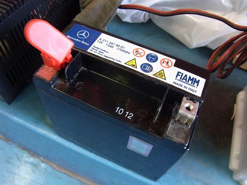 エンジン始動要バッテリーはエンジンルーム内に小さなものが搭載されておりますのでこちらも定期的に交換いたしましょう