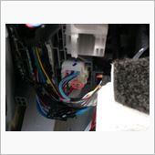 まず助手席下のGN2コネクタを探します。<br /> <br /> GN2コネクタ2番端子(右下から2番目)の灰色線がターゲットです。<br /> <br /> みなさん、カットしているようですが、後々の戻しも考え、今回は端子入れ替えとしました。<br />