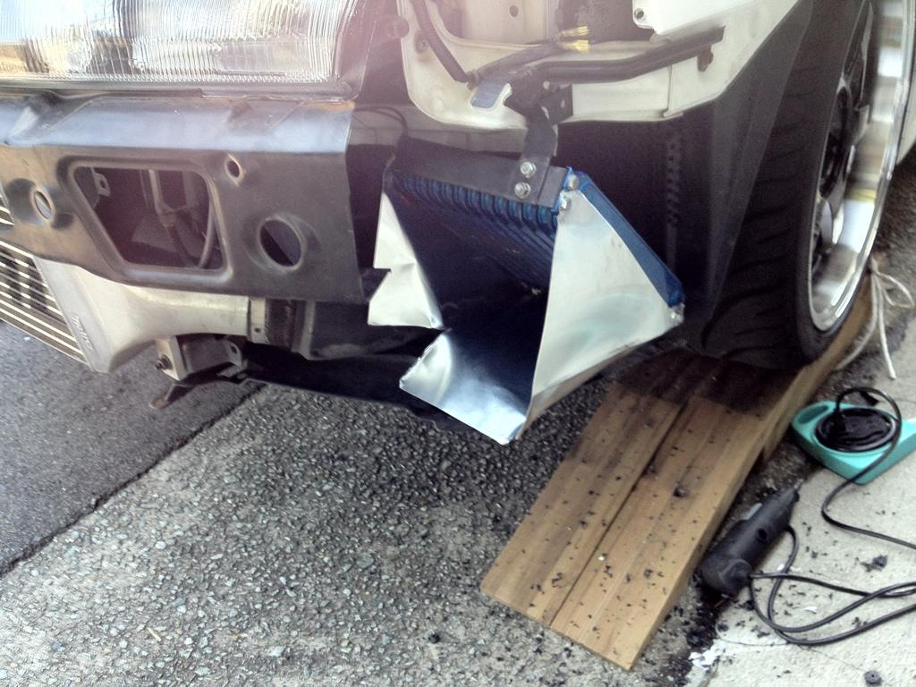 オイルクーラーへの導風板と逃げ穴