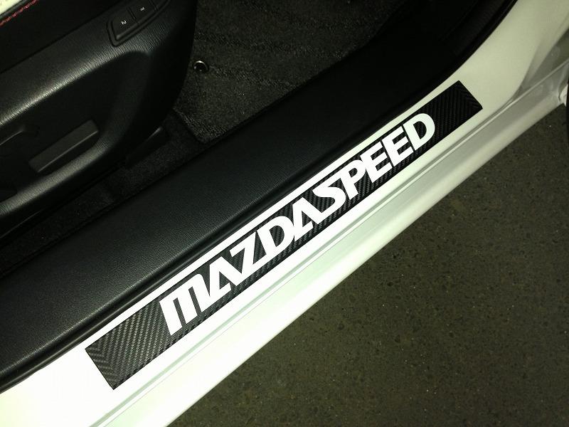 """・・・イキナリ装着図ごめんなさい(&gt;_&lt;)<br /> <br /> カーボン調シートを定規に巻いて、""""MAZDASPEED""""のロゴを貼っただけです。(^^;)"""