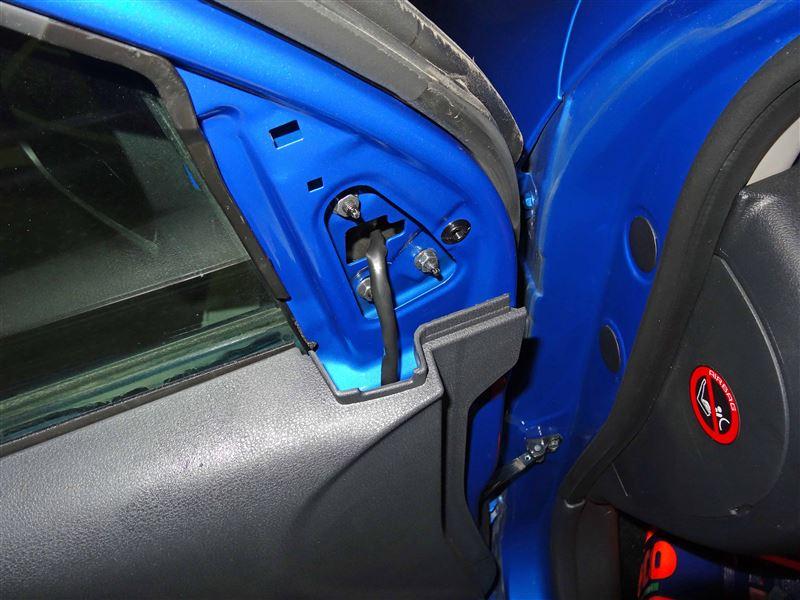 ドアミラーの付け根にあたる内装部分を取り外します。<br /> 内装部品の下の方を爪を破損させないように慎重に手前に引っ張ると取り外すことができます。