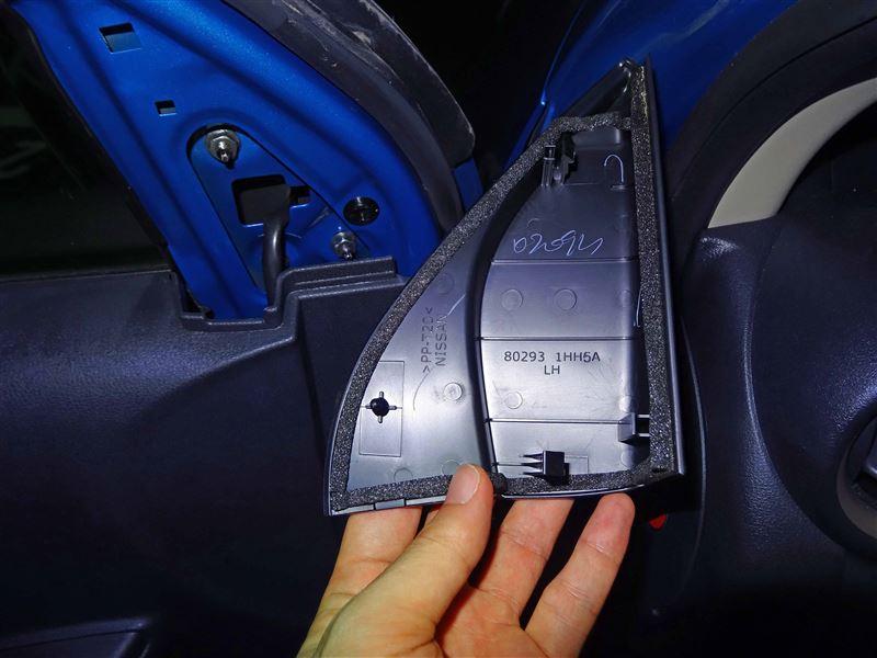 取り外した内装部品の裏側はこんな感じ。<br /> 上と下の2か所の爪と進行方向前側1か所のクリップで取り付けられています。