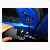 ドアミラーと車体に繋がっている配線のコネクターを外します。<br /> ドアの内張りを少し外しておくと作業が楽でしょう。