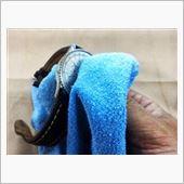 液剤の付いている箇所で金属部分や<br /> 液剤が染込まない部分の汚れを落としながら<br /> やさしく拭きあげて行きます!<br /> <br /> ※この際、革ベルトなど染込む箇所に液剤がつかないように注意して下さい!