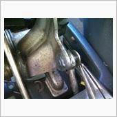 ピンをラジペンで引っ張って外し、ワッシャーを抜く。<br /> ロッドの輪っかとリンクの間にあるはずのブッシュは砕け散っていた。下に残骸が落ちている。<br /> 新しいブッシュを嵌めて元に戻せば終わり。<br /> 縦横のシフトノブのガタが幾分マシになった。<br /> ついでに可動部分に注油して終了<br /> <br /> シフト音も静かになり操作しやすくなった