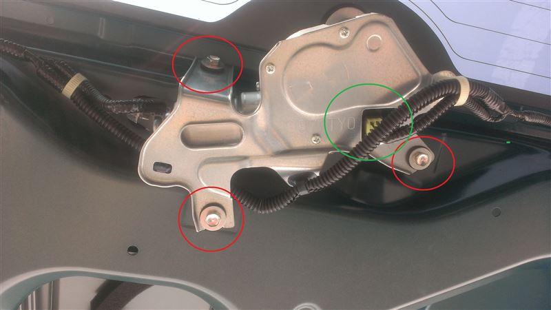 さぁ。 ボスの登場です。<br /> <br /> ワイパーのモーターです。<br /> <br /> <br /> まず、緑色の○で囲ったタップを外しておきます。(結構硬いです)(;&#180;Д`)<br /> <br /> <br /> <br /> 次に赤い○で囲った3箇所のボルト(10mm)を外していきます。<br /> <br /> <br /> <br /> ボコっとモーターが外れますので落下に注意です。(重いです)<br /> <br /> ※この際ガラスを貫通しているモーターの軸ごと外れますがガラスを傷つけないように十分に注意してください。<br /> <br /> <br /> あっという間に倒したボスはその辺に置いておき、<br /> <br /> 今回のパーツの登場です。<br /> <br />