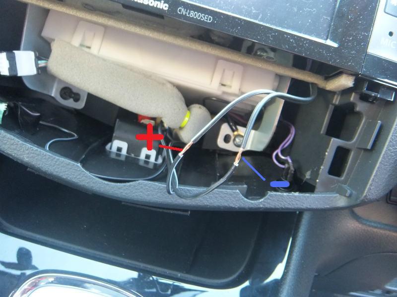 http://minkara.carview.co.jp/userid/177799/car/1105647/2620755/note.aspx<br /> からの続きです。<br /> <br /> +5Vは、エアコンパネル裏を通っている、USBハブ向け配線から取りました。<br /> ケーブルの途中の被服を取り除いて、ハンダ付け。<br /> 配線の太さによってはスプライスが良いと思いますが、今回はUSBケーブル側の配線が細いためハンダ付けとしました。<br /> <br /> スプライスの使い方はコチラ↓<br /> http://minkara.carview.co.jp/userid/177799/car/1105647/2599418/note.aspx