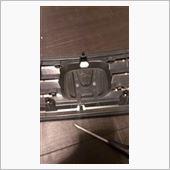 グリルを部屋に持ってきました。(´・ω・`)<br /> <br /> エンブレム裏の突起を外せばエンブレムがボコッと外れます。<br /> <br /> これはニッパーで切るしかありませんでした( ´△`)