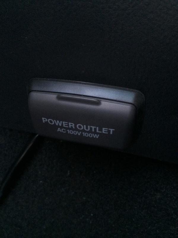 トヨタ純正100Vパワーアウトレット装着