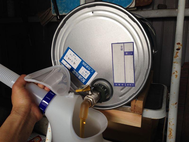オイルジョッキーもノズル50㌢のをチョイス<br /> <br /> これは、かなり入れやすいです。<br /> <br /> ペール缶の上のほうに小穴をあけてやればスムーズに<br /> 注げます。