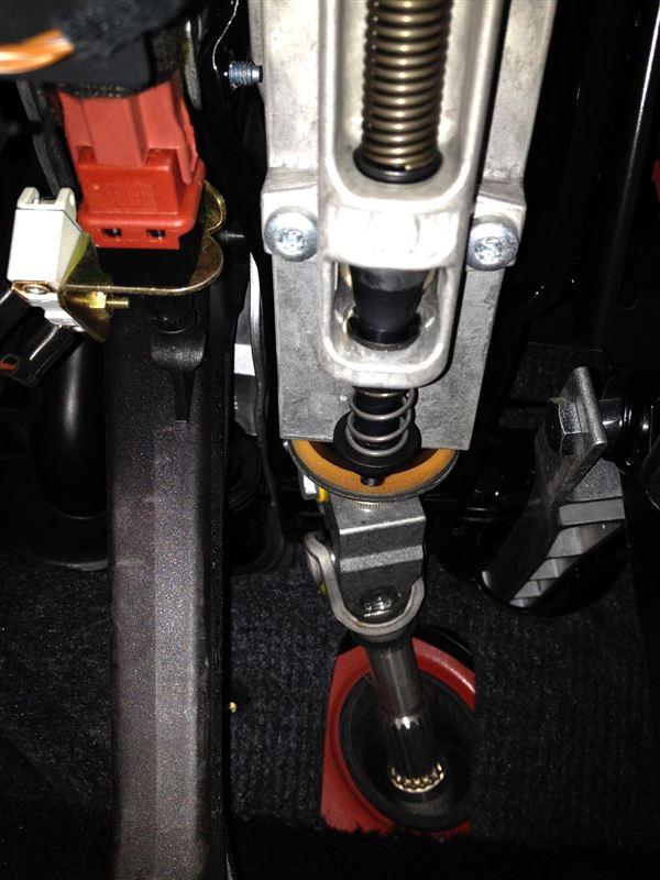 写真では分かり難いけど、ステアリングシャフト左横、クラッチペダル付け根部分の白いパーツがセンサースイッチ。<br /> 割りと単純な構造なのだが、見た目にも接点部分が耐久性に乏しく、日本の頻繁なエンジンON/OFFは想定していないような感じだ。こんな小さなパーツだが、壊れるとエンジン始動不能となってしまう。※センサーが死んだのが自宅で良かった!(汗<br /> 交換作業自体は5分で終了。
