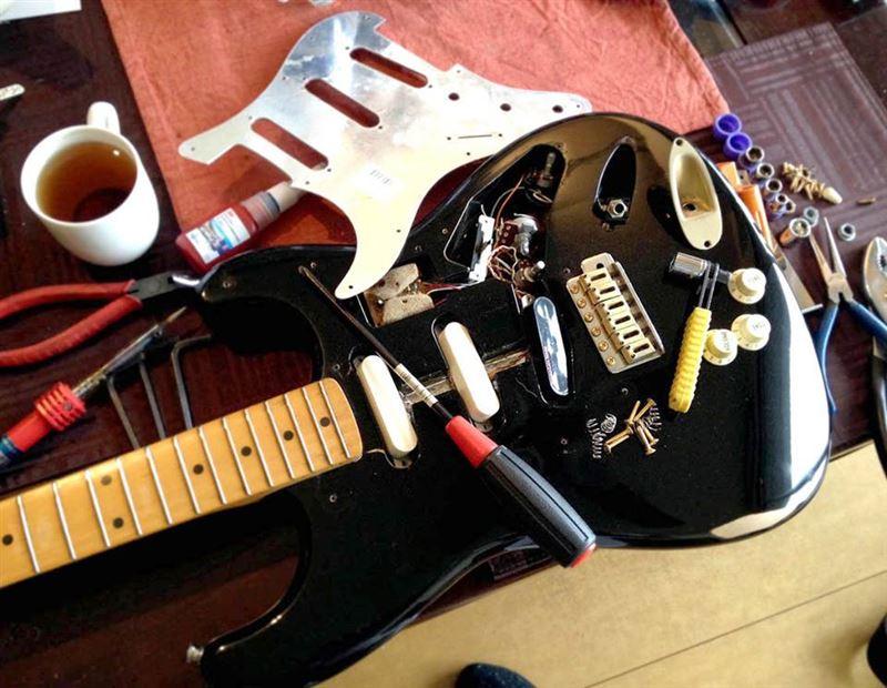 修理ついでにギター(Fenderストラト)も修理。ミッドブースターという電子パーツが壊れ、パーツ欠品のためブースターを潔く取っ払い、ノーマルな配線に全て引き直した。