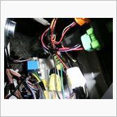 中央の白いコネクターがアイドリングストップスイッチのコネクターです。<br /> 一部配線を切断して付属のコネクターで接続します。<br /> (付属のコネクターって結構イイかも! エーモンからも発売されていました。 http://www.amon.co.jp/products2/detail.php?product_code=2824)