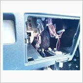 本体はコントローラーの下の窓のここに両面テープで固定。(テープは付属してません)<br /> <br /> 再度、接続を確認後動作確認をして出来上がり。<br /> <br /> 作業時間は10~15分ぐらいかな、ハーネス付きで楽ちんでした。