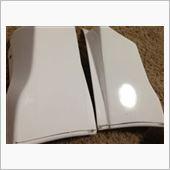 まずは、プラサフがノリやすいように足付け。#600の耐水サンドペーパーで全体を磨きます。今回届いたパーツは深キズなどなかったので、全体が滑らかになるまでパテなどは使わずペーパーのみで磨きました。画像左側が研磨後のパーツです。研磨前のパーツよりマットな感じになったのがわかると思います。