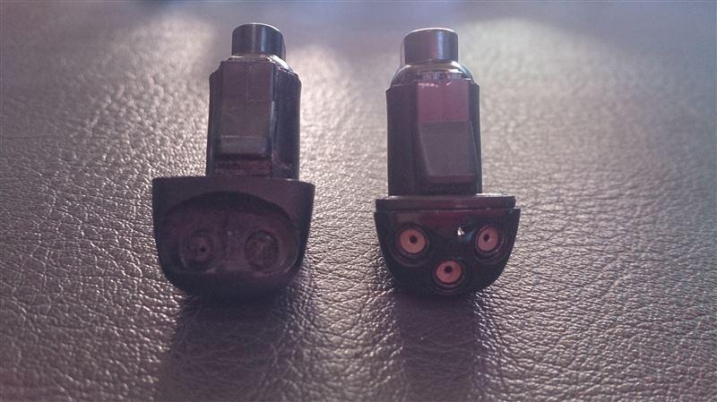 金属製3つ穴色付き!調整のしやすさはピカいちですね。<br /> 左側は調整失敗してグダグダになったハイエース純正です・・・