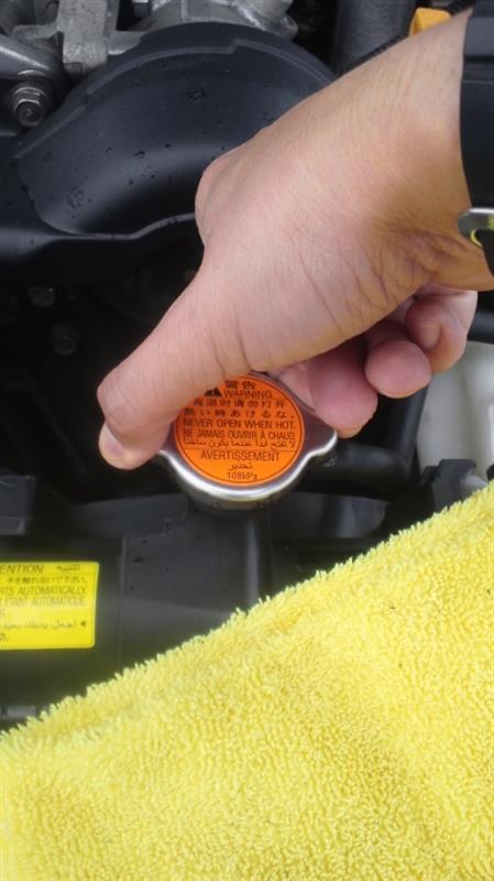 1本(300cc)…全てが入りました。<br /> 抜き取った量も300ccなのに水面が見えないので、抜き取ったクーラントを目一杯!入れて~しっかりとラジエーターキャップを閉めました。