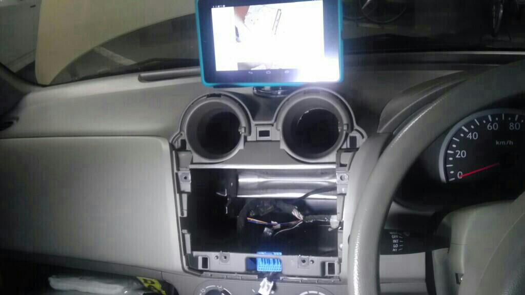 タブレットをナビとして使うためのタブレットホルダー。<br /> <br /> 車いじりの際にも役立ちます(笑)<br /> <br /> 既存のヘッドユニット取り外しは、ラジオの端子が一番苦戦しました。<br /> <br /> 固かった。。。
