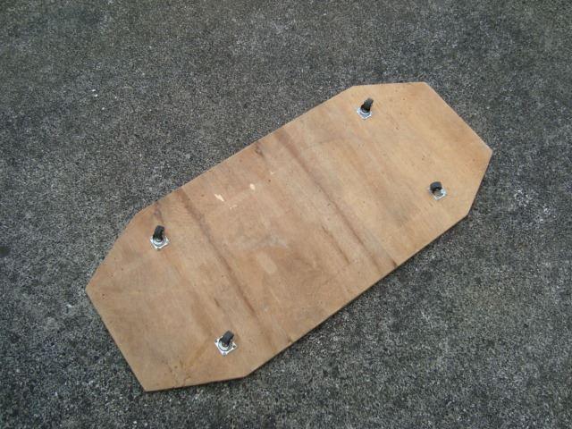 えー!、写真が余りましたので、こちらはおまけなのですが、バンパー内の障害物がないか確認をした時に使用した道具になります...。<br /> <br /> <br />  この自作ローラー付きのベニア板に仰向けに乗り、アルファードやその他の車体底部を点検するのに使用しております...。<br /> <br /> <br />  これは車だけではなく、家の床下点検でも大活躍してくれておりまして、これでゴキブリのように這いずり廻っております...。最近は出番がないですが...。<br /> <br /> <br />  (笑...)