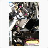 【作業領域の確保】<br /> <br /> 邪魔になるユニットを移動させます。<br /> 10mmボルト3本固定です。<br /> <br /> ユニットの固定が解除できたら、コネクターは外さず転がすように180度回転させ奥に押し込む。<br /> <br /> そして大事なポイント!<br /> 画像のように雑巾(黄色いやつ)をつめます。これで雑巾2枚分。「エンジンとボディーの隙間」で「高さはプラグホール直下」につめます。<br /> これでボルトや工具を落としても「奈落の底」に落ちません。