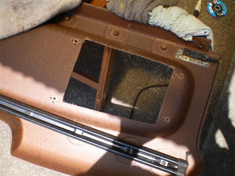 スピーカー穴の成型