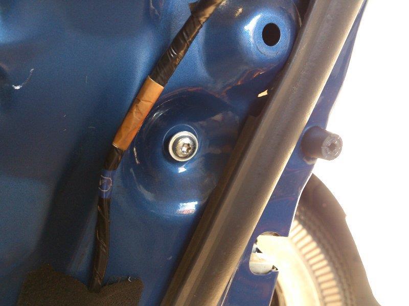 ついでにドアロック本体も注油します。<br /> 当然内貼りを外す必要があります。<br /> ガラスは全閉状態で作業します。<br /> ガラスガイドを外すために、トルクスねじを1本抜きます。