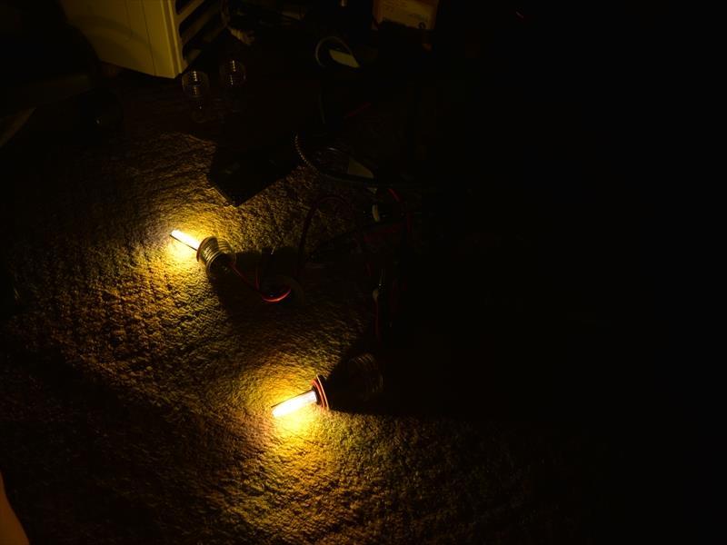 部屋の中で、空焼きです。<br /> あまり明るそうではないように見えますが、カメラが明るさを抑えてしまいこのような写真になりましたが、実際は直視できないくらい明るいです。55W恐るべしです。(灯体の中に入れるとそうでもなくなると思いますが)