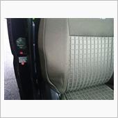 どうも運転席のドアが閉まりにくいし、<br /> 乗ってドア閉めて、シートベルトをしようと思っても、<br /> 何か引っかかる…<br /> <br /> そんなことが何回かあって、<br /> やっと気付きました(^^;)<br /> <br /> 何と運転席の右側のサイドの張り出し!?部分が潰れている(-_-;)<br /> その為、上記の不具合が…<br /> <br /> 乗り心地も腰が痛くなるシートだし…<br /> と思いつつ、当初はエルゴメドなんかを探していましたら、<br /> みんカラの諸先輩がkeiワークス純正レカロシートを流用しているではありませんか!!<br /> <br /> 超ド素人の私ですが、<br /> 安いと来ちゃー、やります!<br /> ってことで、2脚を「ポチッ!」と落札。<br /> 大型商品の為、支店止めとなり、<br /> セレナで取りに行きました。