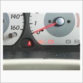 油圧の警告灯が一瞬点灯したので、恐る恐るオイルゲージをチェックしてみたら…(汗)
