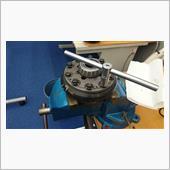 ロードスターのデフに取り付いているギヤを外しS2000のデフに取付けます。<br /> ネジロックが付けてあるので、取付についてもネジロックを付けて取付けます。<br /> 当たり面は十分に拭いてゴミなどを取り除き取付けます。<br />
