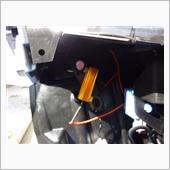 運転席側のヘッドライト下にも同じ位置に穴があるのでココに固定しました。
