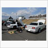 仲間たちと一緒にメンテナンス中。<br /> <br />  周りでは爆音を響かせながら車が走っています。<br /> <br /> <br /> <br /> <br /> <br />  メンテナンス場所「SUGOサーキット」