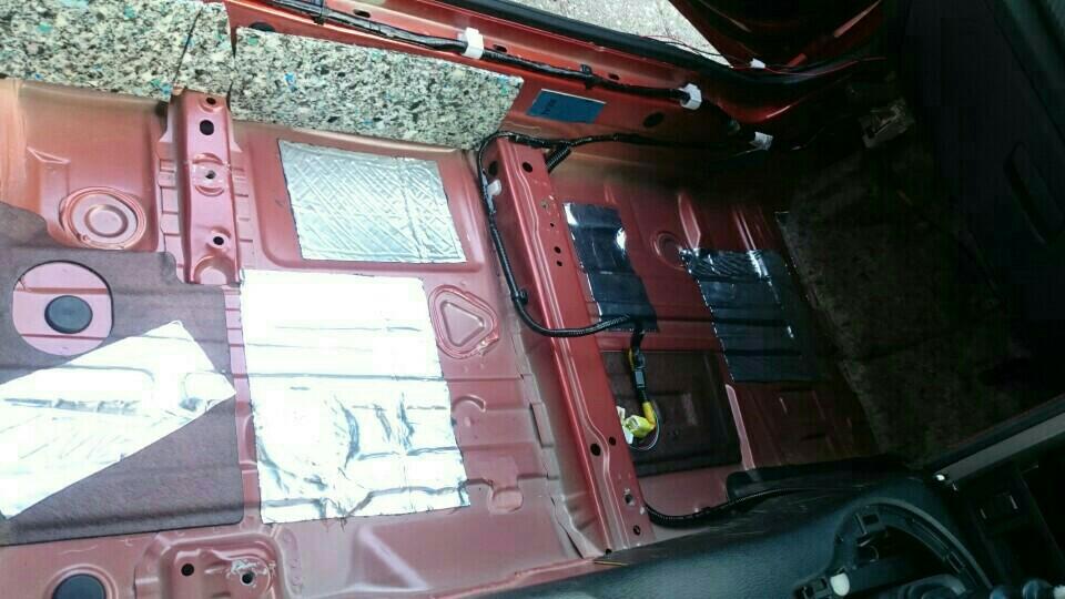 黒い床材を剥がしたら、レジェトレックスを貼ります。<br /> <br /> ・床面<br /> ・センターコンソール側面(足元の黒のゴムの下も)<br /> ・ドア側の側面<br /> ・後席側の側面<br /> ・足元の灰色の防音材の下<br /> など、なかなかできる作業ではないため、徹底的に施工しました。<br /> <br /> 特に床面は、これまでの静音化計画①〜③の中でも、最も振動がひどくかったため、大きめに貼りました。