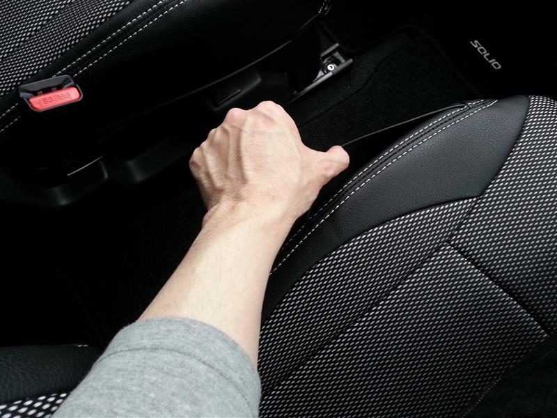 私が嬉しかったのは、運転席のシートサイドにあるポケットが、このシートカバーにも存在すること。<br /> <br /> ただ、生地が革になってしまったため、携帯などの表面の材質によってはつるっと入ってくれません。<br /> <br /> シートサイドの生地は革のなのは仕様で、見た目を重視すると仕方ないことなんですが、このカバーならメッシュ生地を採用して欲しかったかな。<br />