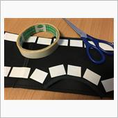 まずは両面テープ貼り付け。<br /> 細かく切って貼り付けます。