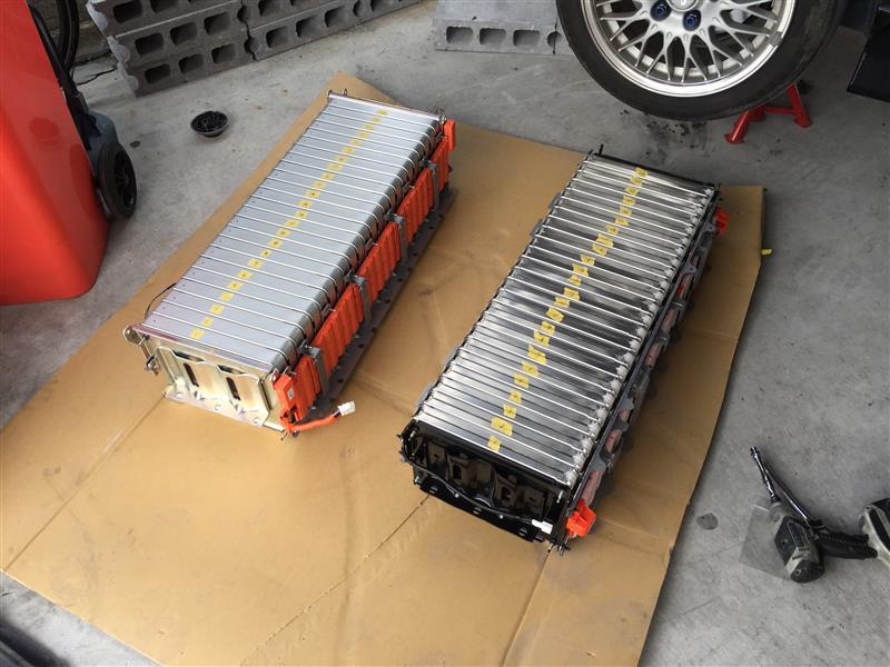 配線部などすべてはずし、エンジンクレーンを使い降ろしたリア側24モジュール<br /> <br /> 4kg×24+ステーなどで、110キロほどあるので人力では不可能です。<br /> ちなみに4本シャフトが通っているので、バラして降ろすのも不可<br /> <br /> モジュールのサイズやシャフトの位置は同じですが、ステーの位置がすべて違います。<br /> オレンジの部分もカプラーの位置などが違うため互換性なし<br /> <br /> モジュール→中期<br /> オレンジの部分→前期<br /> ステー→左右は前期・端子側と反対側は中期を大加工<br /> シャフト→同一<br /> <br /> ちなみに9セグまで落ち込んだ前期バッテリーは膨張していて、シャフト外したら組み付けはほぼほぼ不可能です^^;